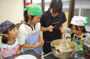 仲間と協力しあい調理実習